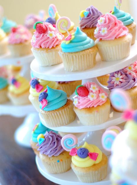 Ешь вкусняшки! Сегодня день пирожных!