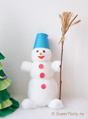 Снеговик из ваты, синтепона, и пластиковой бутылочки. Метла для снеговика - фото. Поделки к новому году с детьми